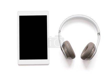 Photo pour Casque et tablette isolé sur blanc - image libre de droit