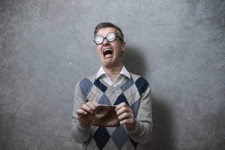 Photo pour Homme cassé avec des lunettes épaisses tenant un sac vide et pleurant, concept de pauvreté et de dettes - image libre de droit