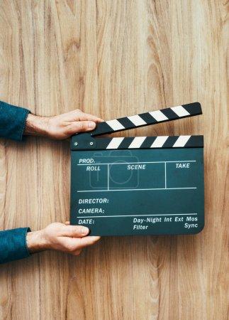 Photo pour Réalisateur tenant une planche à applaudissements, cinéaste et concept de cinéma - image libre de droit