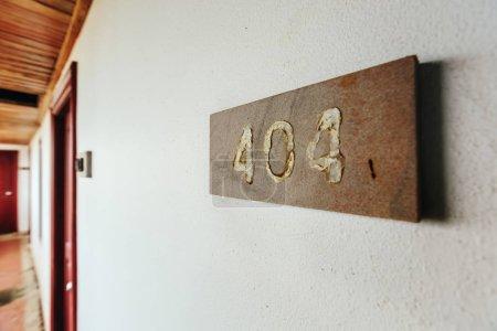 Photo pour Plaque d'immatriculation dans un bâtiment abandonné sur les murs de la vieille erreur 404 - image libre de droit