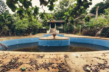 schwimmbad in verlassenen villa