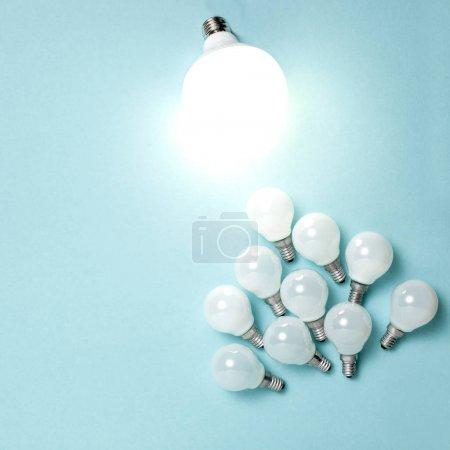 Photo pour Une ampoule exceptionnelle, rougeoyant différents. Concepts d'affaires créativité idée. Design plat Lapointe - image libre de droit