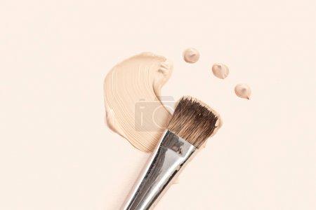 Photo pour Crème de fond de teint cosmétique et poudre avec pinceau sur fond blanc - image libre de droit