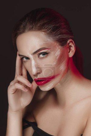 Photo pour Mode modèle fille avec visage couleur peinte. Beauté mode art portrait de belle femme avec du maquillage abstrait coloré. Maquillage peinture vive, des couleurs vives. Visage de Vogue style Dame, design multicolore - image libre de droit