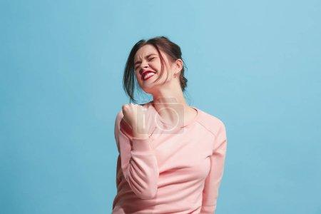 Photo pour J'ai gagné. Femme heureuse gagnante succès célébrant à être un gagnant. Image dynamique du modèle féminin caucasien sur fond de studio bleu. Victoire, la notion de plaisir. Concept des émotions du visage humain. Couleurs tendances - image libre de droit