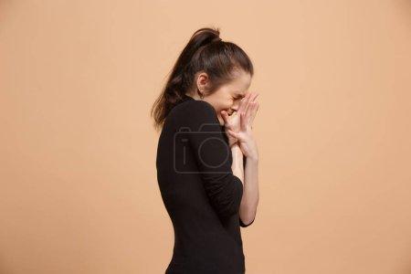 Photo pour J'ai peur. J'ai peur. Portrait de la femme effrayée. Femme d'affaires isolée sur fond de studio pastel tendance. Portrait de femme demi-longueur. Émotions humaines, concept d'expression faciale. vue latérale - image libre de droit