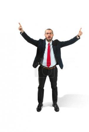 Photo pour J'ai gagné. Gagner le succès homme d'affaires heureux célébrant être un gagnant. Image dynamique du modèle masculin caucasien sur fond de studio blanc. Victoire, concept de délice. Concept d'émotions faciales humaines . - image libre de droit