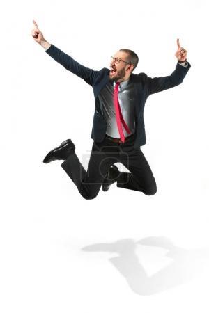 Photo pour Drôle homme gai sautant dans l'air, sur fond de studio blanc. Sauter des heureux jeune homme barbu à lunettes, costume. Affaires, carrière, succès, victoire concept. Victoire, la notion de plaisir. Soin du visage humain - image libre de droit