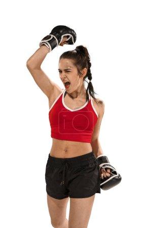 Photo pour Jeune belle femme active avec les gants de boxe noirs boxe en studio isolé sur fond blanc. Fitness, concept de boxe. Un boxeur féminin. Des émotions humaines. Modèle caucasien. victoire, victoire, vainqueur - image libre de droit