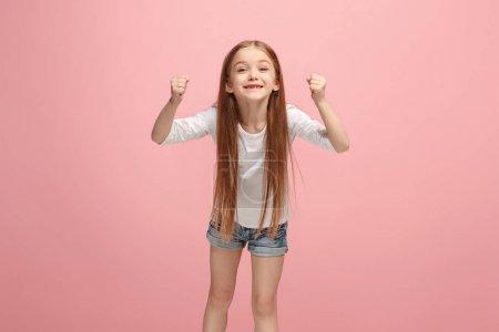 Photo pour J'ai gagné. Gagner le succès heureuse adolescente célébrant être un gagnant. Image dynamique du modèle féminin caucasien sur fond de studio rose. Victoire, concept de délice. Concept d'émotions faciales humaines. Tendance - image libre de droit