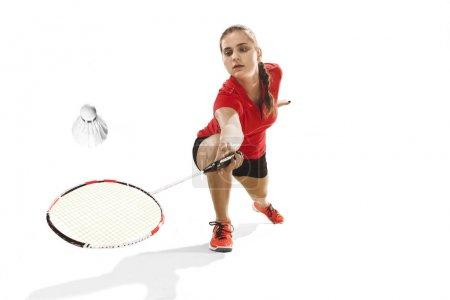Photo pour Jeune femme jouant au badminton sur fond de studio blanc. Convient athlète féminine isolée sur blanc. joueur de badminton en action, mouvement, mouvement. concept d'attaque et de défense - image libre de droit