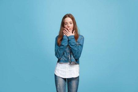 Photo pour Ouah ! Magnifique portrait féminin mi-long isolé sur fond studio bleu. Jeune adolescente émotionnelle surprise debout avec la bouche ouverte. Émotions humaines, concept d'expression faciale. Tendance - image libre de droit