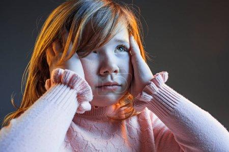 Photo pour La colère et surpris adolescente. La haine, la rage. Pleurer émotionnel adolescent en colère dans des lumières vives colorées à l'arrière-plan du studio. Visage émotionnel. fan de sport émotions humaines, concept d'expression faciale . - image libre de droit