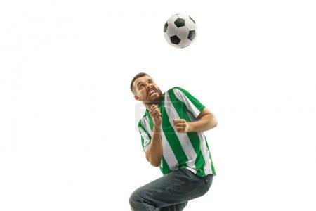 Photo pour Fan irlandais célébrant sur fond blanc. Le jeune homme en uniforme de football comme gagnant avec le ballon isolé au studio blanc. Ventilateur, concept de soutien. Concept des émotions humaines . - image libre de droit