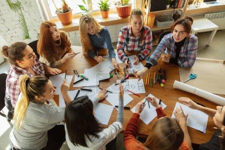 Photo pour Travail d'équipe. Les jeunes discutent des droits des femmes et de l'égalité au bureau. Les femmes d'affaires caucasiennes ou les employés de bureau ont une réunion sur le problème au travail, la pression masculine et le harcèlement . - image libre de droit