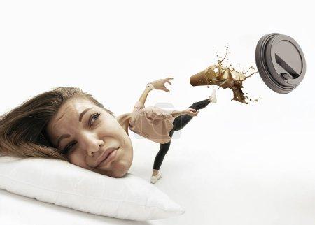 Photo pour Café éclaboussé, être en retard. Grande tête sur un petit corps allongé sur l'oreiller. La femme ne peut pas se réveiller et marcher pour aller au travail cause des maux de tête et un sommeil excessif. Concept d'entreprise, de travail, de hâte, de délais . - image libre de droit
