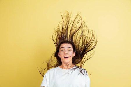Osterhasen-Frau mit hellen Emotionen auf gelbem Studiohintergrund