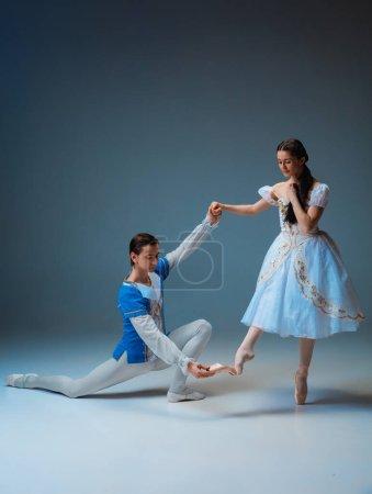 Photo pour Jeunes et gracieux danseurs de ballet comme personnages de fée Cindrella sur fond de studio. Art, mouvement, action, flexibilité, concept d'inspiration. Danseurs de ballet caucasiens flexibles posant, dansant . - image libre de droit