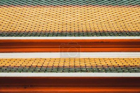 Photo pour Toit lumineux de couleur différente du bâtiment traditionnel à Bangkok, Thaïlande . - image libre de droit