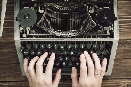 Photo pour Dactylographie avec machine à écrire rétro. Vue d'en haut . - image libre de droit