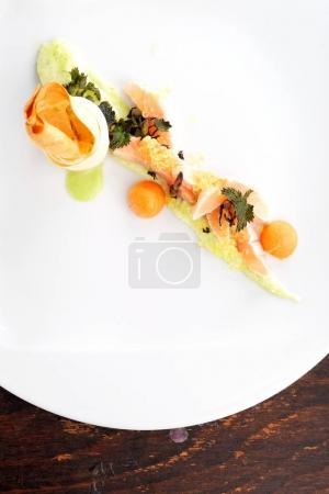 Photo pour Haute cuisine, filet de saumon rose au caviar et légumes - image libre de droit