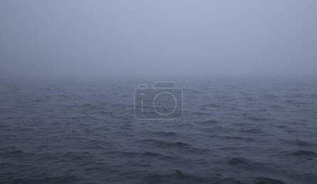 Photo pour Brouillard sur la surface d'une mer - image libre de droit