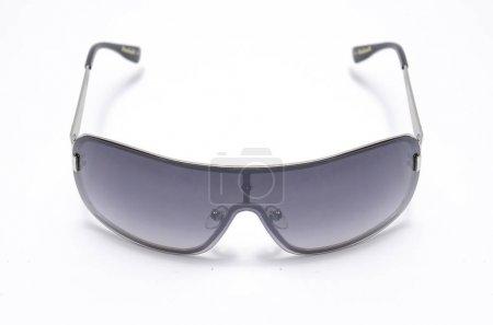 Photo pour Lunettes de soleil pour hommes avec des lunettes noirs isolé sur blanc - image libre de droit