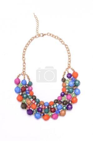 Photo pour Collier en or avec perles de couleur isolées sur blanc - image libre de droit