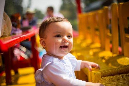 Photo pour Petite fille souriante au soleil. - image libre de droit