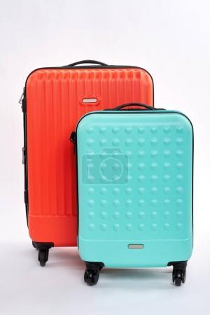Photo pour Des valises lumineuses pour voyager. Vue de face des bagages de voyage . - image libre de droit