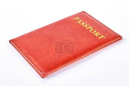 Photo pour Couverture passeport en cuir rouge. Couverture en cuir pour passeport isolé sur fond blanc. Passeport sur fond blanc . - image libre de droit