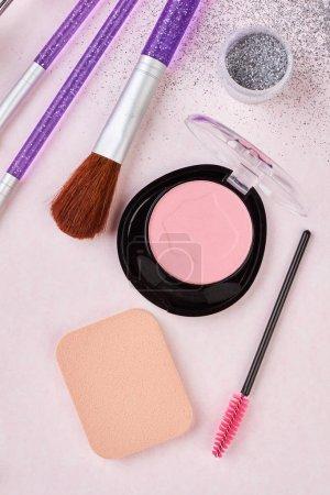 Photo pour Brosses et fard à joues pour composent. Pinceaux de maquillage professionnel et outils, kit de produits de maquillage, plat poser sur fond blanc. - image libre de droit