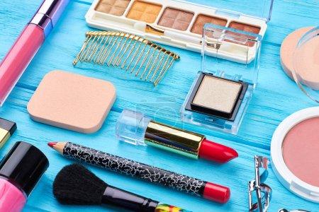 Photo pour Fashion design produits cosmétiques décoratifs. Ensemble de produits cosmétiques professionnels. «Makeup tools» et accessoire sur un fond en bois bleu. - image libre de droit