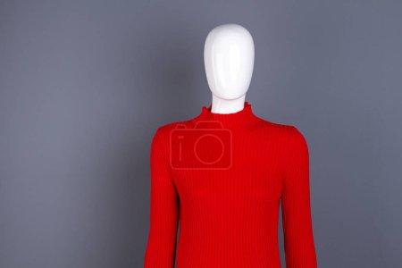 Foto de Maniquí en suéter de cuello alto rojo moda. Jersey de primavera con estilo para las mujeres. Traje elegante de las señoras - Imagen libre de derechos