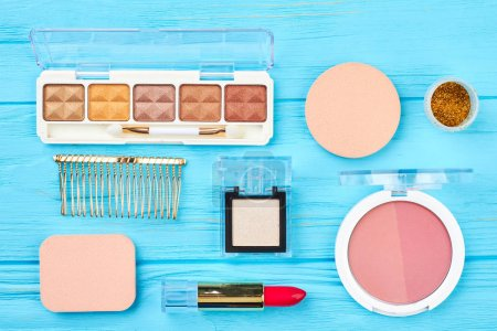Photo pour Ensemble de cosmétiques décoratifs, vue sur le dessus. Maquiller des articles de mode cosmétiques sur fond bleu en bois. Cosmétiques et accessoires Glamour . - image libre de droit