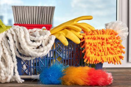 Photo pour Fermer les produits de nettoyage. Panier plein d'équipement de nettoyage. Grand nettoyage de printemps . - image libre de droit