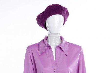 Foto de Femenina blusa y boina en maniquí. Camisa de satén elegante mujer. Equipo clásico para damas - Imagen libre de derechos