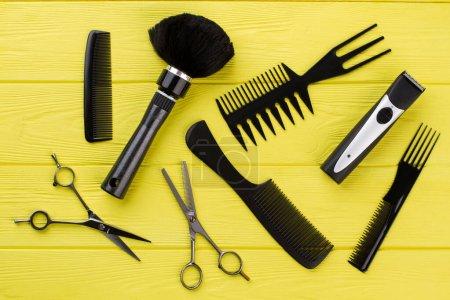 Photo pour Outils de coiffeur professionnels élégants sur fond de couleur. Coiffeur espace de travail avec équipement. Coiffure dans le salon de coiffure . - image libre de droit
