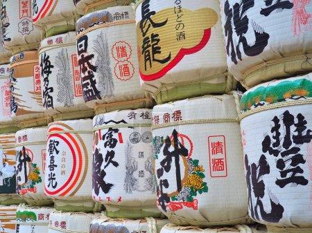 """Photo pour Barils de saké """"nihonshu"""" donnés au sanctuaire Kasuga Taisha à Nara, au Japon. Les Japonais donnent du saké aux temples et aux sanctuaires en offrande pour les Dieux . - image libre de droit"""