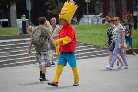 Photo pour Kiev, Ukraine - 6 août 2017: Homme habillé comme Homer Simpson sur la place de l'indépendance - image libre de droit
