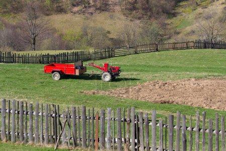 Photo pour Rouge derrière le tracteur se tient dans la cour de la ferme. Agriculture - image libre de droit