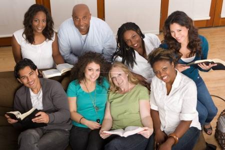 Photo pour Groupe diversifié d'étudier la Bible de la femme. - image libre de droit