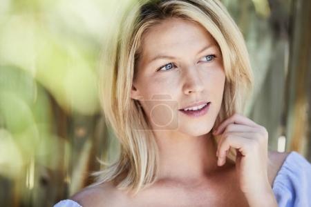 Photo pour Belle femme blonde en gros plan, à la recherche de suite - image libre de droit