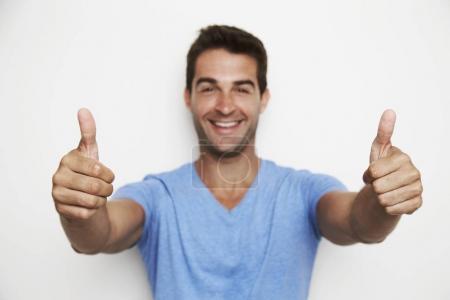 Foto de Loco sonriendo y dando la doble pulgar arriba, cierre para arriba - Imagen libre de derechos