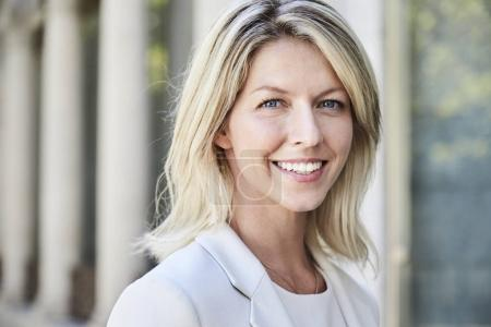 Photo pour Belle femme d'affaires aux cheveux blonds, gros plan - image libre de droit