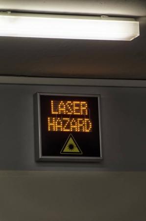 Photo pour Affichage du signe de danger laser dans un laboratoire - image libre de droit