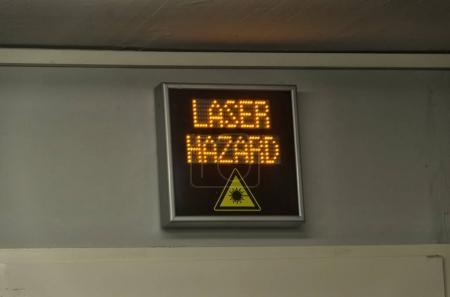 Photo pour Vue du signal de danger laser dans un laboratoire - image libre de droit
