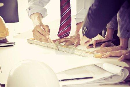 Photo pour Image de réunion d'ingénieur pour le projet architectural. travailler avec des partenaires et des outils d'ingénierie sur le lieu de travail. Filtre effet ton doux et vintage - image libre de droit