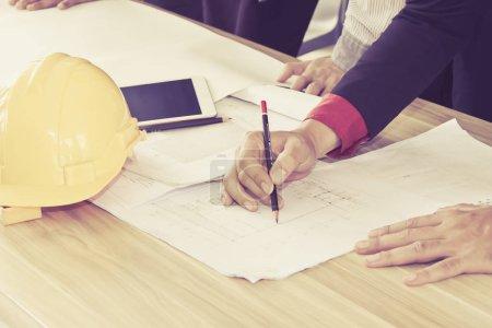 Photo pour Réunion de l'équipe de conception des ingénieurs travaillant et discussion sur le projet de construction, Close Up view only hands - image libre de droit