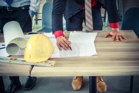 Photo pour Architecte discuter avec l'ingénieur sur le projet dans le café - image libre de droit